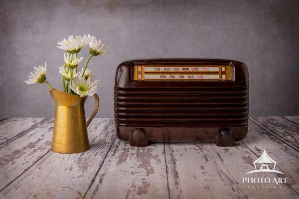 Vintage bakelite radio & daisies on a wooden table. Still life